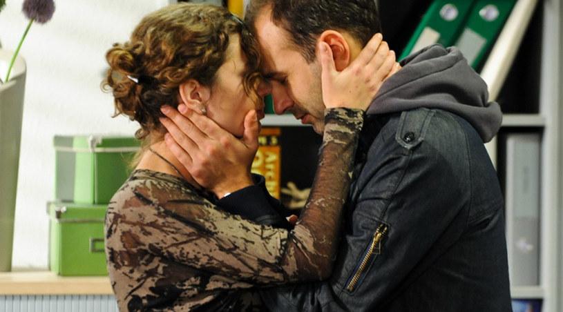 Eliza i Piotr bardzo się kochają, jednak postanowili wyjechać z Polski /Agencja W. Impact