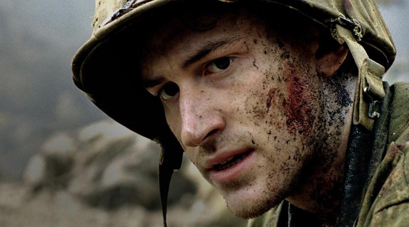 Eugene Sledge (Joe Mazzello) łapie oddech po bitwie /HBO