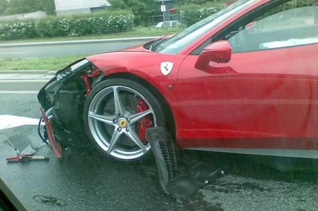 Ferrari zderzyło się z VW Vento przy ul. Armii Krajowej
