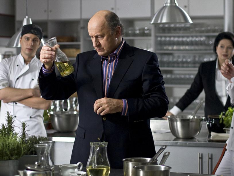 Frederik Giraud (Piotr Fronczewski): Światowej sławy szef kuchni. Do Hotelu przyjechał na aukcję. /materiały prasowe