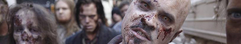 Grupa zombie przemierzająca ulice Atlanty /FOX /materiały prasowe