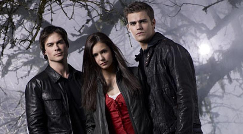 """Ian Somerhalder (Damon), Nina Dobrev (Elena) i Paul Wesley (Stefano) w serialu """"Pamiętniki wampirów"""" /materiały prasowe"""