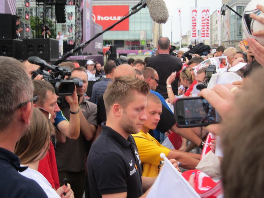 Jakub Błaszczykowski rozdaje autografy kibicom /Piotr Glinkowski /RMF FM