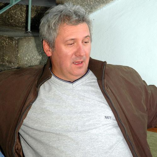 Jerzy, jak na playboya przystało, siada z elegancją, ale też wygodnie /Marek Ulatowski /MWMedia