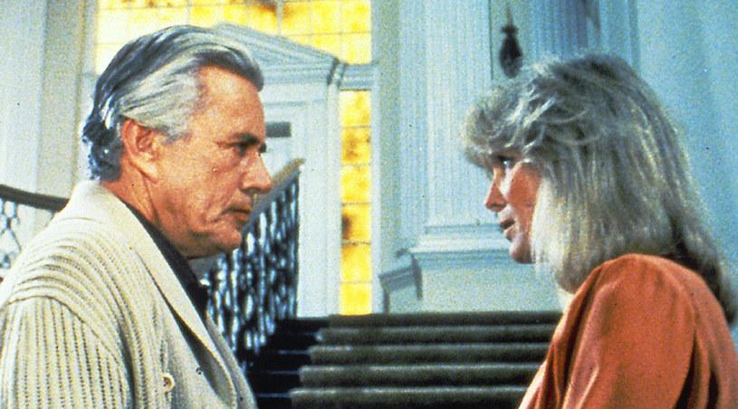 John Forsythe i Linda Evans przy słynnych schodach w rezydencji Carringtonów /AKPA