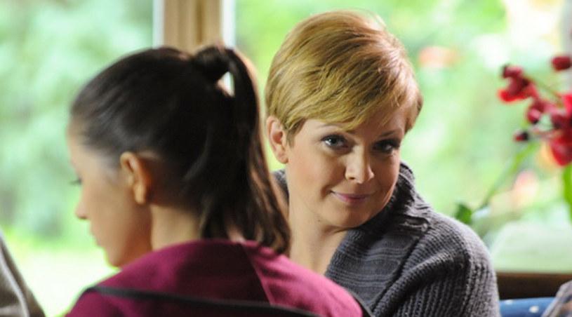 Kamila Adamska (Daria Widawska) w czasie trudnej rozmowy z Julią (Adrianna Chlebicka) /Agencja W. Impact