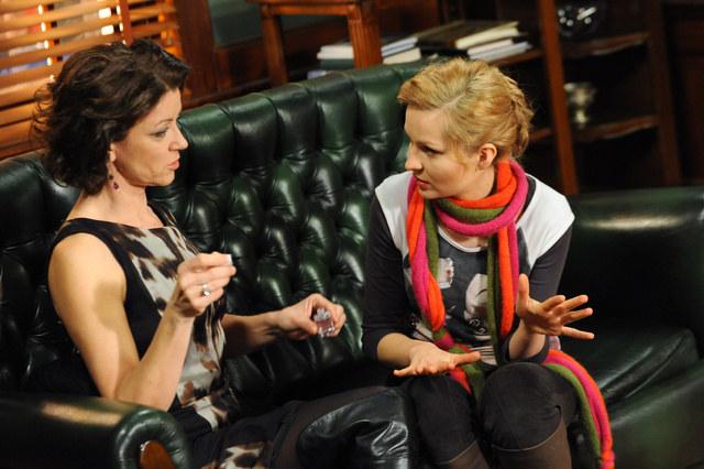 Kobiety nieświadome niczego robią manicure.. /Agencja W. Impact