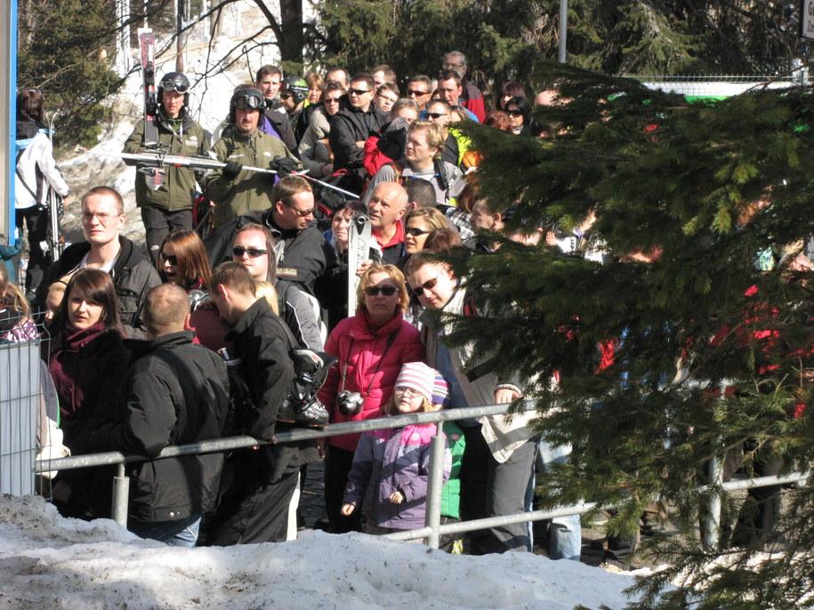 Kolejka narciarzy pod dolną stacją kolejki na Kasprowy Wiech /Maciej Pałahicki /RMF FM
