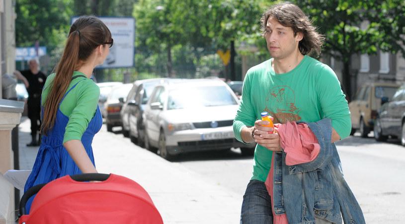Konrad (Bartek Waga) pomaga Majce /Agencja W. Impact