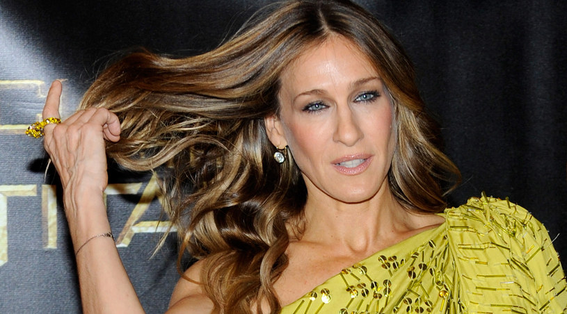 Któż zna modę i Nowy Jork lepiej niż Carrie Bradshaw (Sarah Jessica Parker)? /Ethan Miller /Getty Images/Flash Press Media