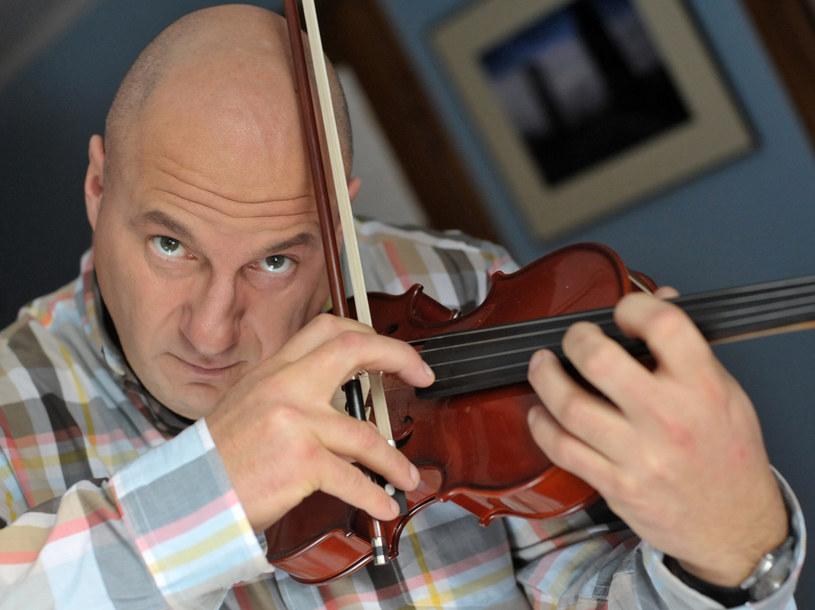 Leszek (Piotr Gąsowski) - głowa rodziny i zdolny skrzypek /Agencja W. Impact