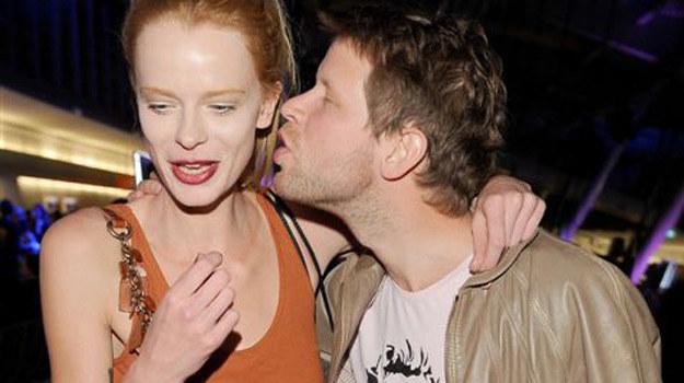 """Łukasz Garlicki, znany z serialu """"BrzydUla"""", ze swoją dziewczyną. W serialowej ramówce letni zastój, więc aktorzy mogą chwilowo się odstresować /Agencja W. Impact"""