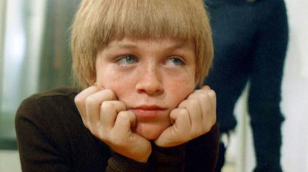 """Mareczek w """"Czterdziestolatku"""" spotyka się z różnymi absurdami PRL, ale mimo to ma bardzo udane dzieciństwo. /Polfilm /East News"""