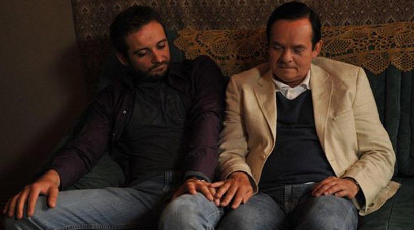 Marian i Łukasz siedzą bardzo blisko siebie na kanapie... /Krzysztof Wellman /materiały prasowe
