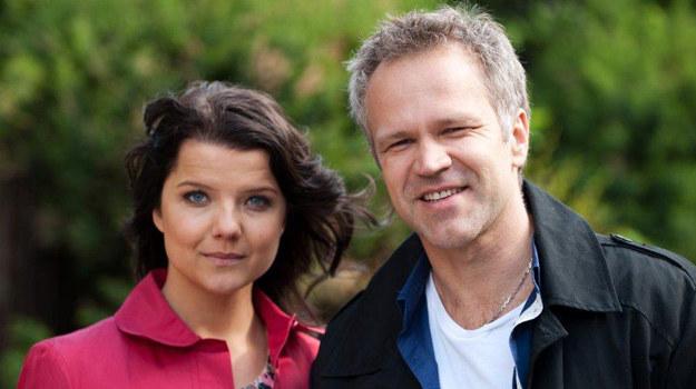 Marta (Joanna Jabłczyńska) i Janusz (Radosław Pazura) /materiały prasowe