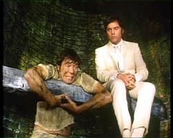 Marty Hopkirk (z prawej) tłumaczy Jeffowi Randallowi, że co ma wisieć, nie utonie /YouTube