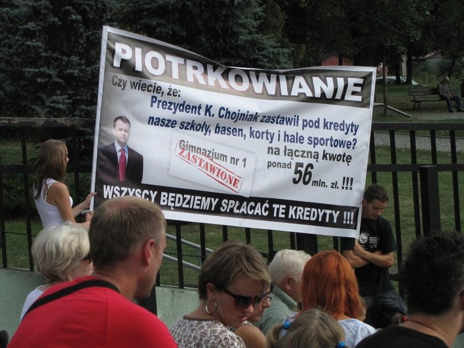 Mieszkańcy przyszli na akademię z transparentami /Agnieszka Wyderka /RMF FM
