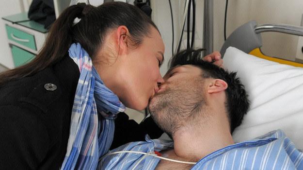 Monika (Anna Mucha) po raz pierwszy całuje Artura (Filip Bobek) /Agencja W. Impact