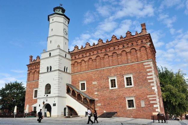 Na terenie Sandomierza znajduje się 120 zabytków. Do najbardziej znanych zaliczyć należy Bramę Opatowską, renesansowy Ratusz, Katedrę i Zamek oraz jedną z najstarszych szkół w Polsce - Collegium Gostomianum. /Agencja W. Impact
