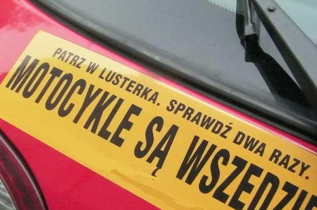 """Na wielu samochodach coraz częściej zobaczyć można naklejkę """"patrz w lusterka, motocykliści są wszędzie"""" /poboczem.pl"""