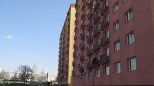 Na zdjęciu dwa bloki przy Jankowskiego w Rudzie Śląskiej. Ten bardziej z tyłu już wyprostowany /Anna Kropaczek /RMF FM
