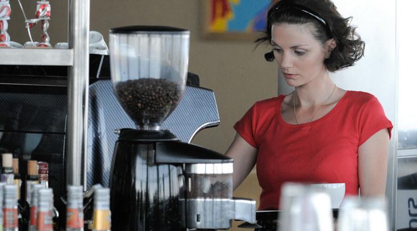 Natasza (Olga Serebryakova) jest kelnerką /Agencja W. Impact