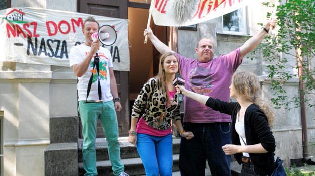 """""""Nie rzucim kamienicy"""", """"Nie wykurzycie nas stąd"""" i """"Nasz dom - nasza sprawa"""" - pod tymi hasłami odbywa się protest przeciw Rafałowi /Agencja W. Impact"""