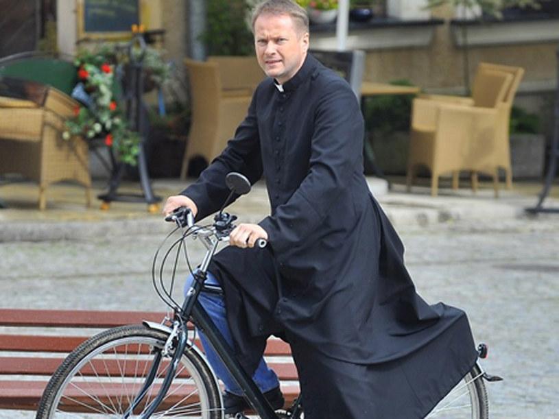 Ojciec Mateusz, jak to ma w swoim zwyczaju, pędzi na rowerze /Baranowski /AKPA