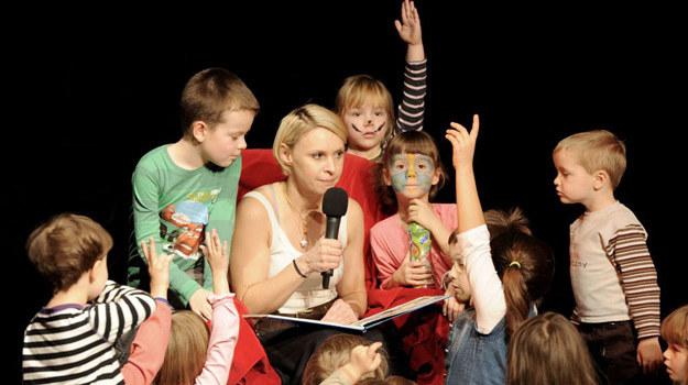 """Paulina Holtz, czyli Agnieszka Lubicz z """"Klanu"""", czyta książki ku uciesze dzieciaków z Domu Dziecka przy ulicy Korotyńskiego /Agencja W. Impact"""