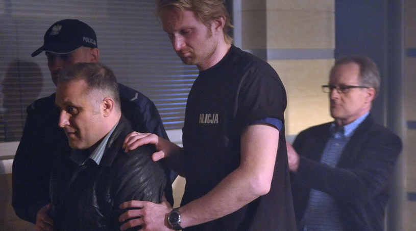 Policjanci prowadzą Tadeusza Korkucia /Agencja W. Impact