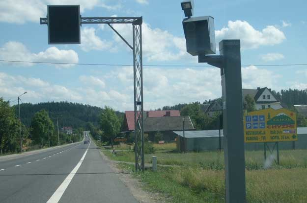 Polskim, oryginalnym wkładem w rozwój europejskiej myśli z zakresu bezpieczeństwa ruchu drogowego są obecne w każdej wsi atrapy fotoradarów