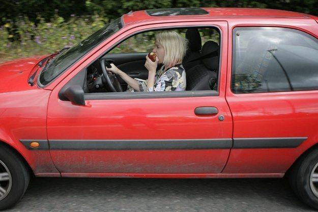 Prawo niewiele mówi również na temat jedzenia za kierownicą