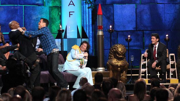 """Program """"Roast of Charlie Sheen"""" w stacji Coemdy Central. Po prawej widzimy Charliego Sheena, po lewej Mike Tyson walczy ze Stevem-O, gwiazdą """"Jackassa"""" /AFP"""