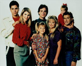 "Prosto z ""Pełnej chaty"". Od lewej: John Stamos, Lori Loughlin, Bob Saget, Jodie Sweetin, Candace Cameron Bure, jedna z sióstr Olsen i Dave Coulier"