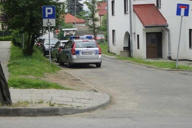 Radiowozy bardzo często parkują na miejscach dla  inwalidów, pomimo, że wokół wiele pustych miejsc.  Dlaczego tak sie dzieje nie wiadomo, choć są pewne  przypuszczenia... /poboczem.pl
