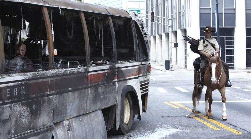 """Rick Grimes (Andrew Lincoln) w czasie konnego zwiedzania Atlanty. Kadr z serialu """"The Walking Dead"""" /FOX /materiały prasowe"""