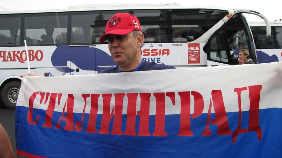"""Rosyjscy kibice mają ze sobą flagę z napisem """"Stalingrad"""" /fot. Przemysław Marzec /RMF FM"""