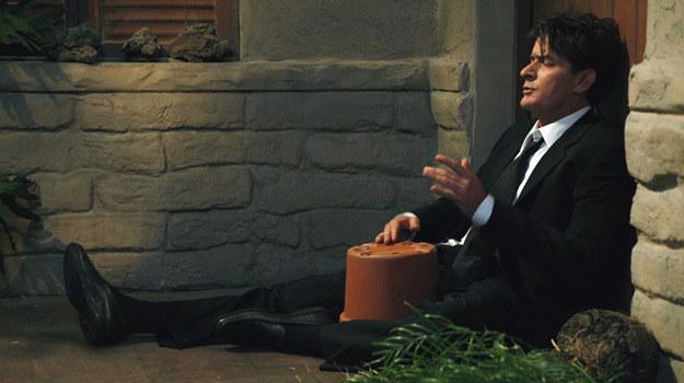 """Scena z serialu """"Dwóch i pół"""". Charlie stracił już swoje miejsce w obsadzie, więc szuka innych źródeł dochodu /ABC"""