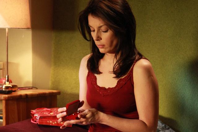 Świąteczny prezent, który Kasia dostaje od Ksawerego to zarazem wyznanie uczuć i prośba o rękę /Agencja W. Impact