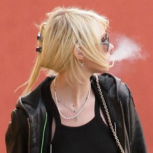 Taylor wypuszcza dymka /Splashnews