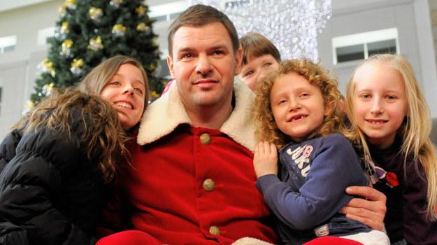 Tomek Karolak bawi dzieci jako Zły święty Mikołaj /Agencja W. Impact