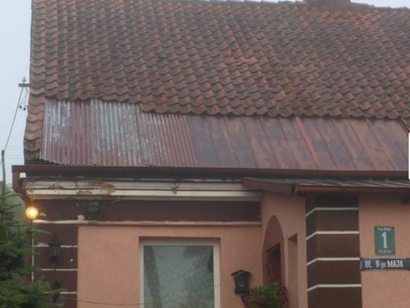 Uszkodzony dach domu w Bisztynku /Andrzej Piedziewicz /RMF FM