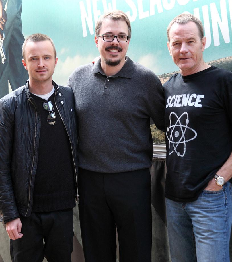Vince Gilligan (w środku) i gwiazdy jego serialu: Aaron Paul i Bryan Cranston /Splashnews