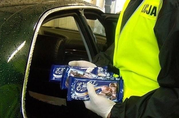 W BMW znaleziono pokaźną ilość słodyczy, papierosów i kosmetyków...