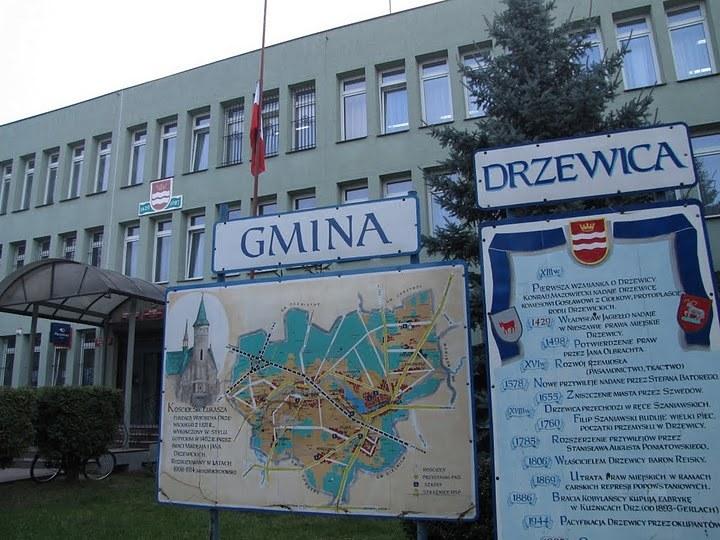 W Drzewnicy, skąd pochodziły ofiary wypadku koło Nowego Miasta nad Pilicą, powołano sztab, który ma zająć się organizowaniem wsparcia dla bliskich. /RMF24