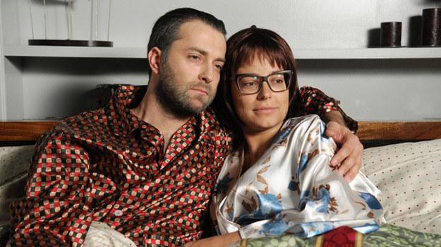 """W finałowej scenie serialu """"Prosto w serce"""" zobaczymy Monikę (Anna Mucha) i Artura (Filip Bobek) starszych o ćwierć wieku. Są zgodnym małżeństwem i dobrymi rodzicami... /Agencja W. Impact"""