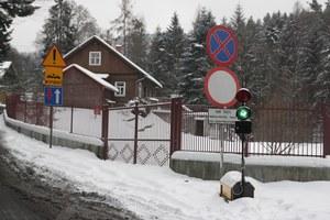 W jednej z małopolskich miejscowości jest wyciąg narciarski, a przy nim dwa parkingi, zresztą płatne. Zaprasza na nie strona internetowa stacji. Kłopot w tym, że na prowadzącej do nich drodze stoi... zakaz ruchu