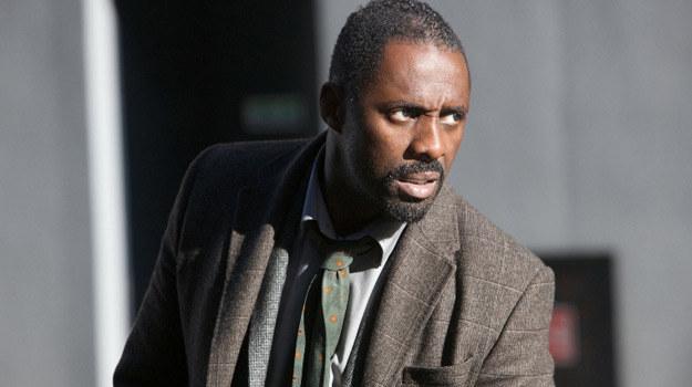 """W Johna Luthera wcielił się angielski aktor Idris Elba, znany m.in. z amerykańskiego serialu """"Prawo ulicy"""" (""""The Wire"""") /materiały prasowe"""