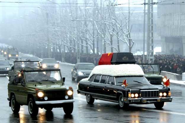 W kondukcie zmarłego dyktatora widzimy liczne luksusowe limuzyny i kosztowne wojskowe terenówki /AFP