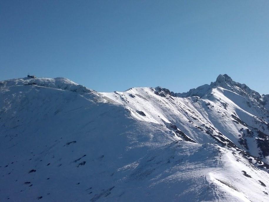 W październiku w Tatrach może być już naprawdę zimowo (19.10.2011, po lewej Kasprowy Wierch, po prawej Świnica)) /Bartosz Styrna /RMF FM